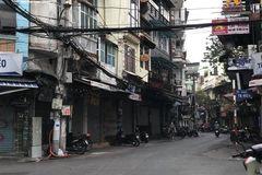 Hàng quán phố cổ Hà Nội nghỉ Tết kéo dài, khách sạn rao bán la liệt bằng tờ rơi