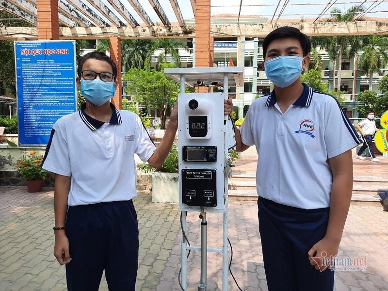 Học sinh cấp 2 chế máy đo thân nhiệt '3 trong 1' giá 8 triệu đồng
