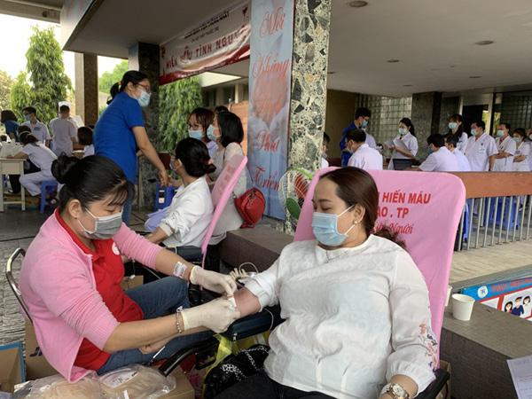 Bác sĩ tham gia hiến máu giữa mùa dịch Covid-19