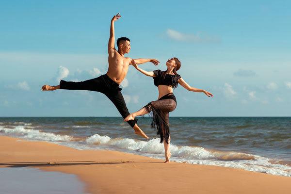 Khánh Thi và chồng kém 12 tuổi khiêu vũ trên bờ biển