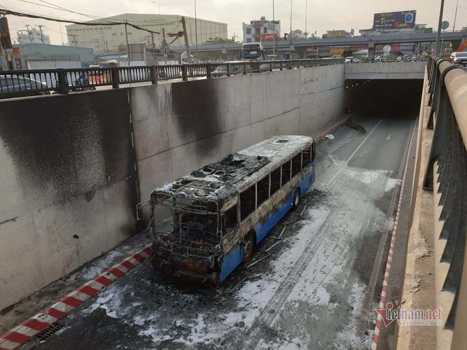 Xe buýt cháy dữ dội trong hầm chui ở Sài Gòn