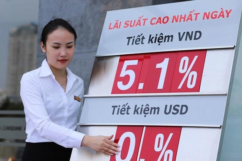 Lãi suất tiết kiệm tiếp tục giảm, vay vốn vẫn chịu lãi suất cao