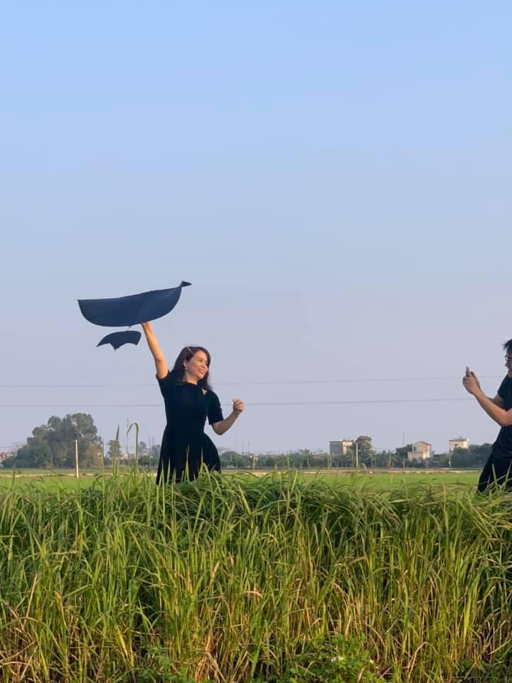 Phút bình yên của Chí Trung và bạn gái kém 17 tuổi ở quê