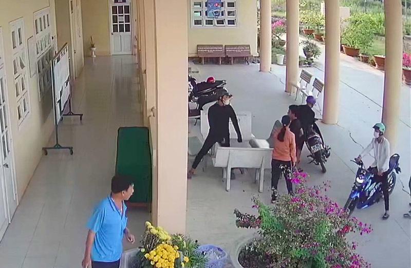 Triệu tập hơn 10 người vụ học sinh bị lôi từ trường ra bên ngoài đánh dã man