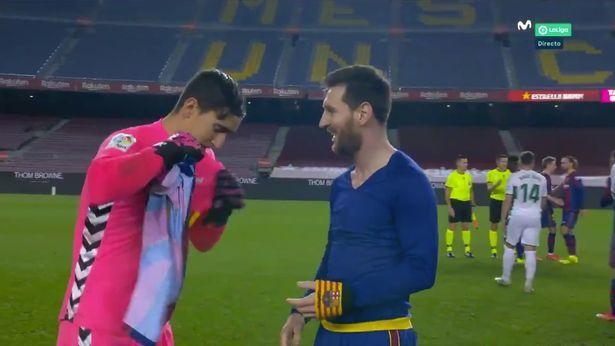 Messi khiến đối phương choáng với hành động sau trận