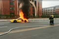 Siêu xe Ferrari bốc cháy giữa đường, tài xế bất lực đứng nhìn