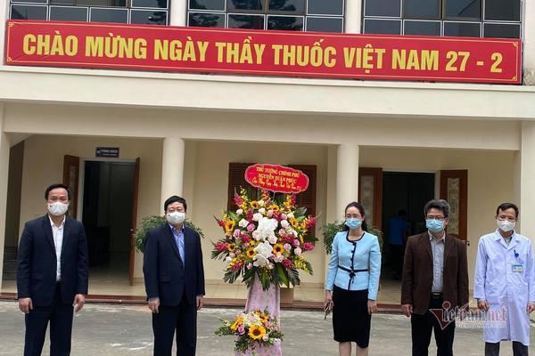 Thủ tướng gửi lẵng hoa biểu dương lực lượng y tế đang chống dịch ở Hải Dương