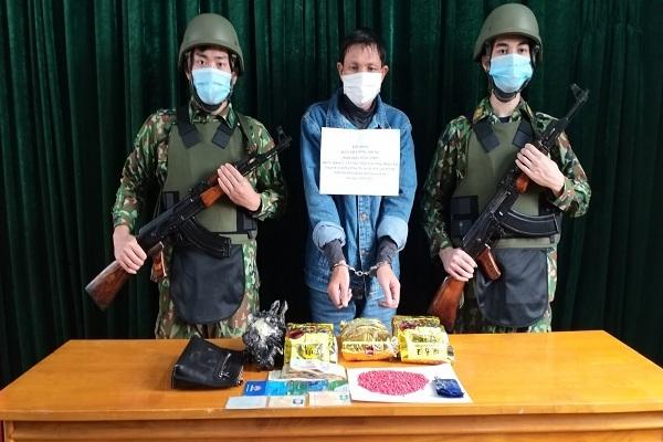 Bắt kẻ vận chuyển 3kg ma túy đá và 800 viên hồng phiến qua biên giới