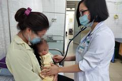 Bé 1 tuổi cấp cứu do cha mẹ rửa mũi nhầm bằng cồn 90 độ