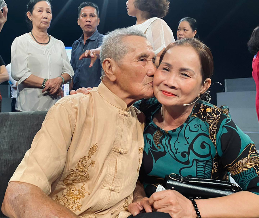 Con gái xúc động gặp lại cha ruột sau 61 năm chia ly