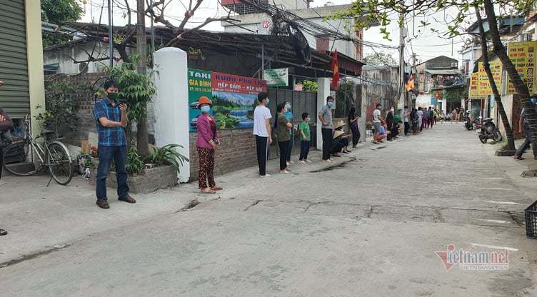 Nghìn người xếp hàng dọc đường làng ở Cẩm Giàng xét nghiệm Covid-19 lần 2