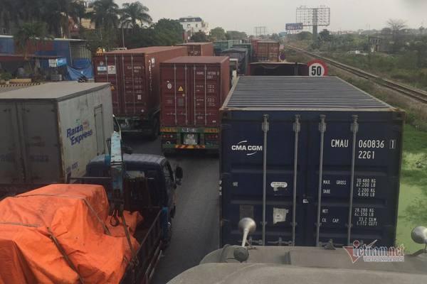 Xe container nối dài ngút mắt trước chốt kiểm dịch QL5 vào Hải Phòng
