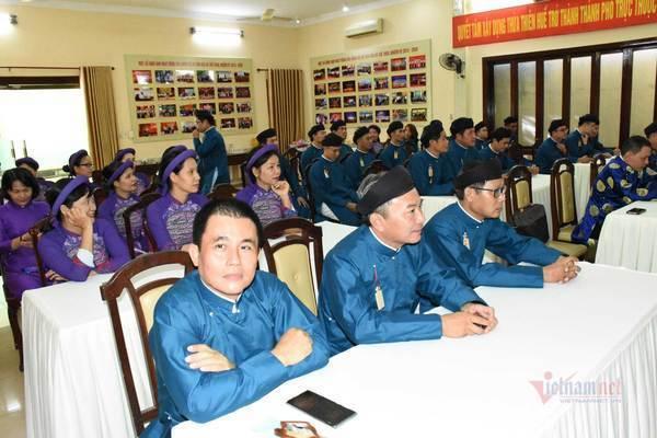 Cán bộ, người dân ở Huế được vận động mặc áo dài suốt tháng 3
