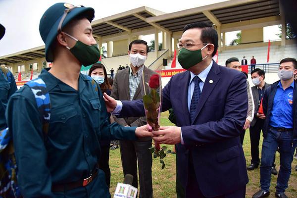 Bí thư, Chủ tịch Hà Nội tặng hoa tiễn tân binh lên đường nhập ngũ