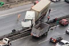 Xe container tông dải phân cách, đường vành đai 3 ùn tắc kéo dài
