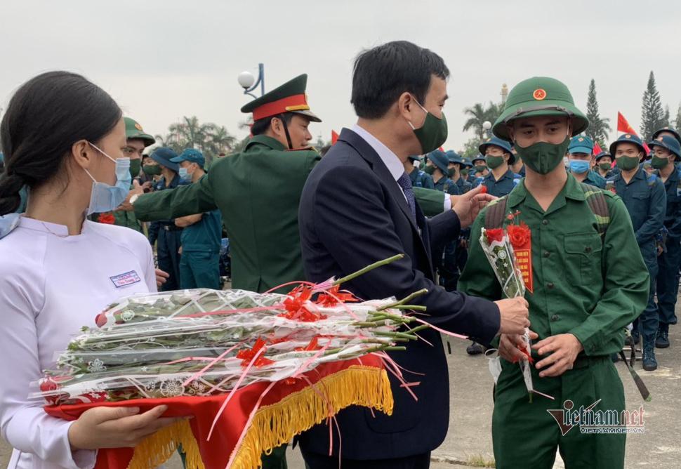 Tân binh Đà Nẵng bịn rịn chia tay người thân lên đường nhập ngũ