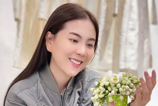 MC Mai Ngọc VTV xinh tươi bên hoa bưởi