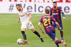 Sevilla 0-1 Barca: Messi may mắn thoát thẻ đỏ (H2)