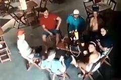 Vợ nã đạn vào cô gái trẻ ngồi cạnh chồng trong quán bar