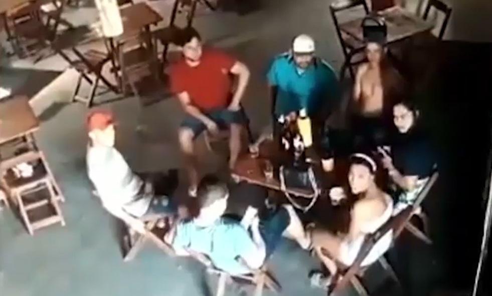 Clip vợ nã đạn vào cô gái trẻ ngồi cạnh chồng ở quán bar nóng nhất MXH