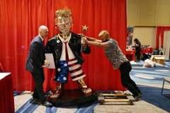 Bức tượng dát vàng hình ông Trump gây sốt mạng xã hội
