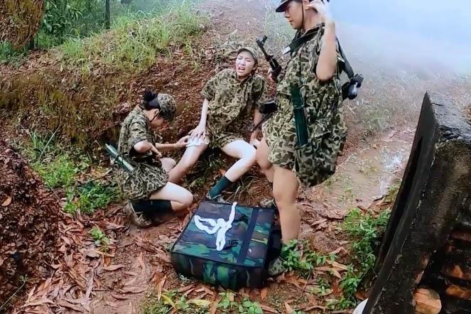 Kỳ Duyên, Dương Hoàng Yến trầy trật đội mưa thực hiện nhiệm vụ