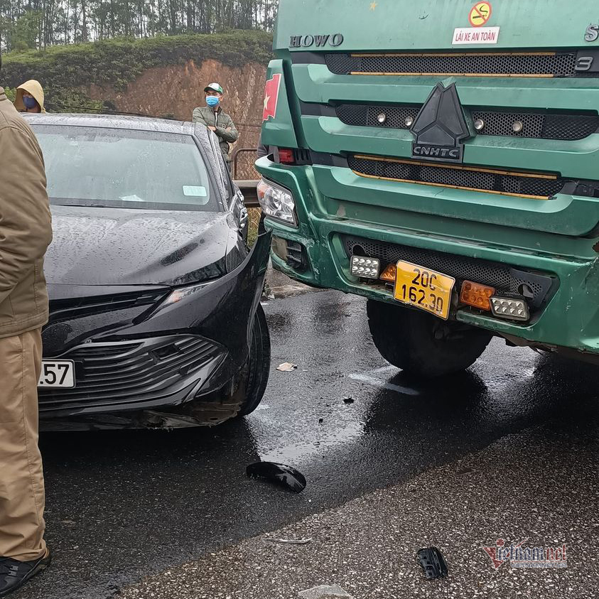 Chuyển làn trước mũi xe tải, Toyota Camry bị tông xoay ngang trên cao tốc
