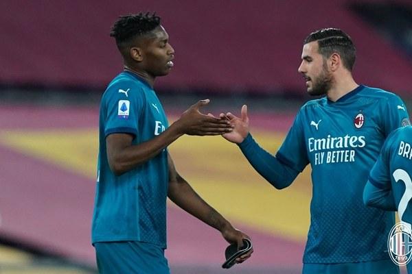 """Thắng nghẹt thở Roma, Milan cho Juventus """"ngửi khói"""""""