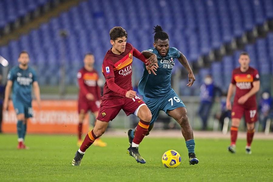 Thắng nghẹt thở Roma, Milan cho Juventus 'ngửi khói'