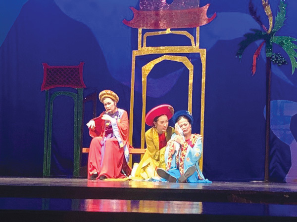 Fashion designer Hoang takes part in theatrical world