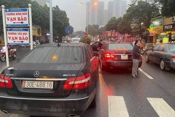 Hai ô tô Mercedes Benz cùng biển số lưu thông trên phố ở Hà Nội