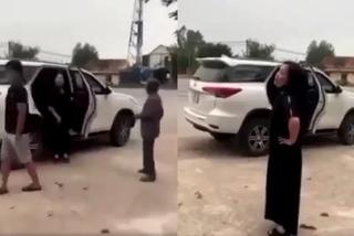 Người phụ nữ lột đồ, chửi bới nhân viên trước cổng đền Cuông