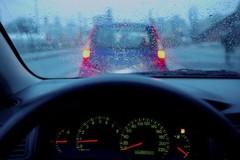 Làm thế nào để kính lái đỡ bị mờ khi gặp trời mưa phùn?