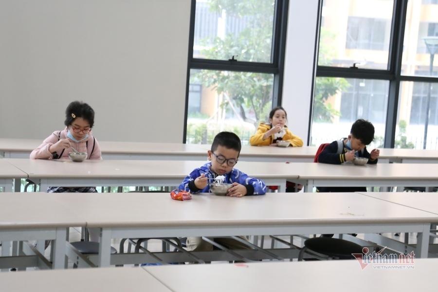 Muôn kiểu giãn cách khi học sinh trở lại trường học