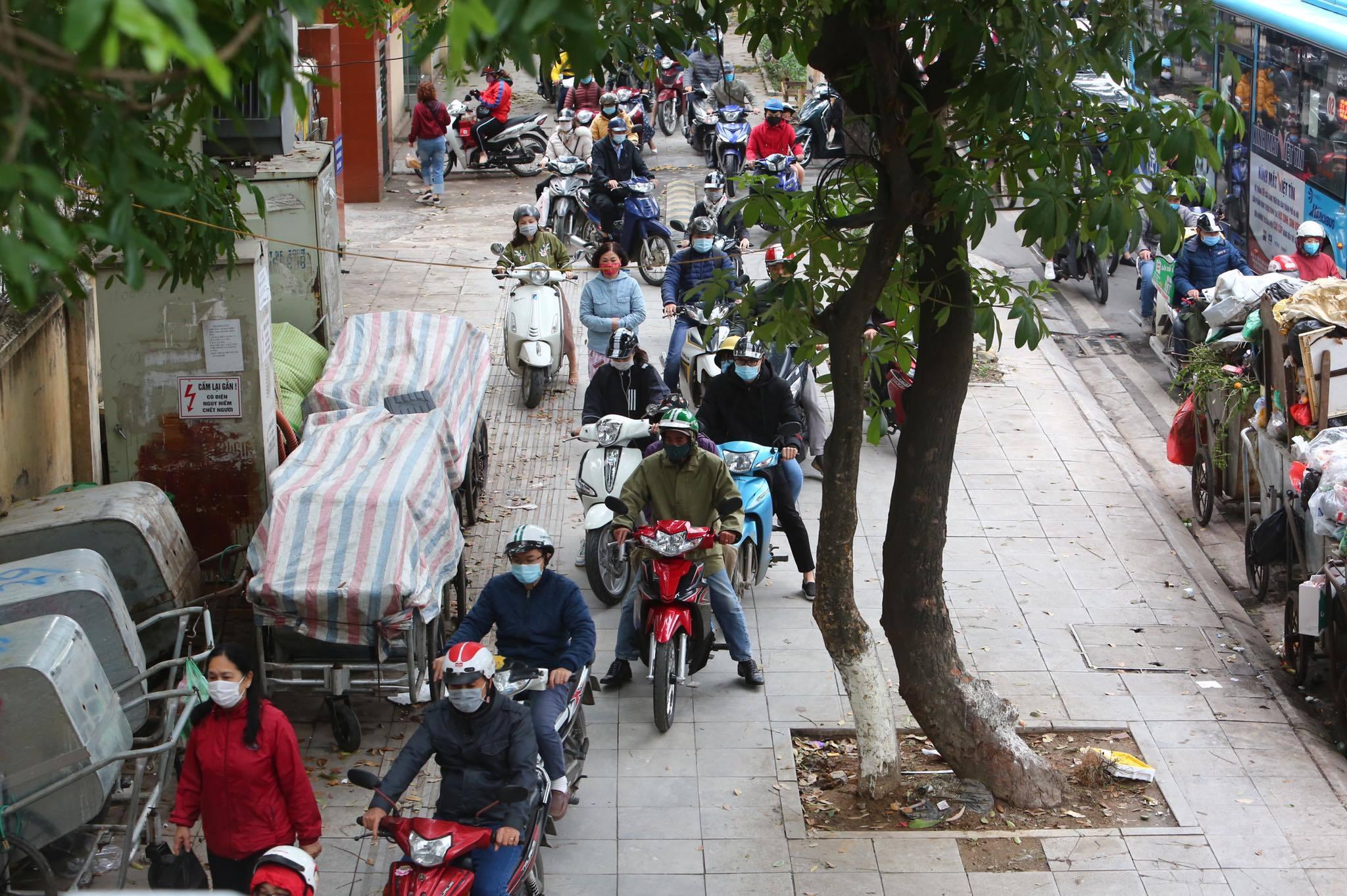 Học sinh trở lại trường, đường Hà Nội ùn tắc kéo dài