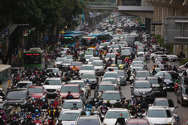 Students return to school, street congestion in Hanoi reappears