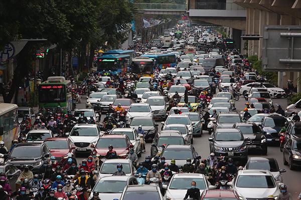 Students return to school, street congestion in Hanoi reappears