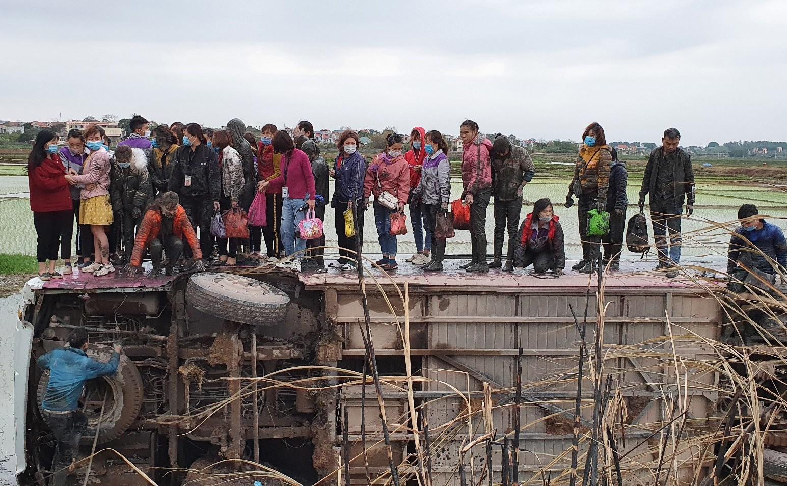 Xe ô tô chở 40 công nhân lao xuống ruộng, nhiều người hoảng loạn