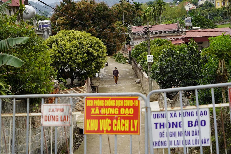 Trong lúc phong toả toàn thôn từ trước Tết Nguyên đán, mọi người sinh hoạt, sản xuất kinh tế sau chốt kiểm soát.