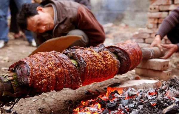 Roast pork belly, a must-try dish fromDuong Lam ancient village