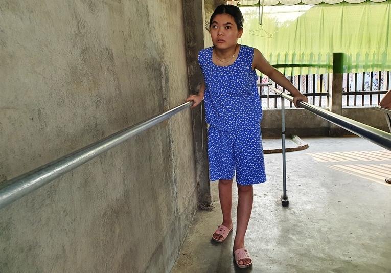 Cô gái đỗ 3 trường ĐH 'bị bệnh viện trả về' đã tập tễnh bước đi