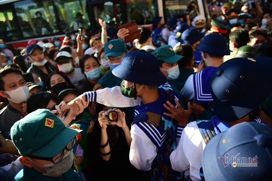 Nữ cử nhân TP.HCM nhập ngũ, hồi hộp chờ khoác áo xanh ra thao trường