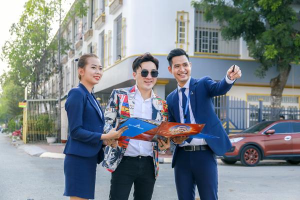Ca sĩ Dương Ngọc Thái được các chuyên viên tư vấn của Đất Xanh Miền Tây hướng dẫn tham quan tìm hiểu dự án KDC Minh Châu (Vạn Phát Avenue) Sóc Trăng