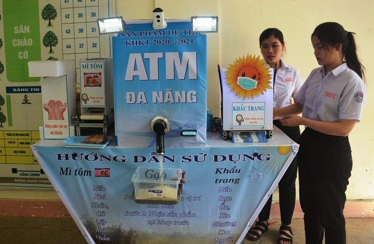 High school students invent 4-in-1 ATM run with solar power