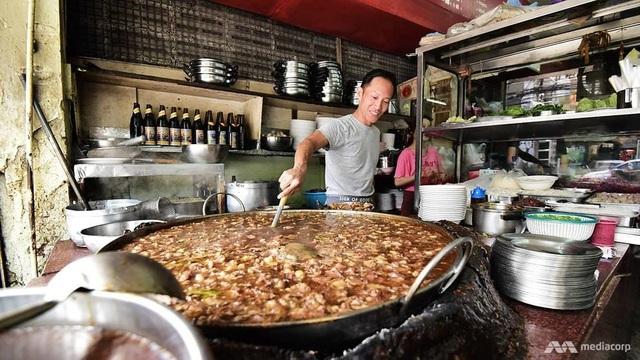 Món bò hầm đun đi đun lại suốt gần nửa thế kỷ phục vụ khách ăn