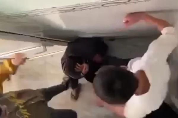 Nam sinh Đắk Lắk bị bạn đánh hội đồng trong nhà vệ sinh