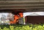 Xe container đang chạy, bốc cháy dữ dội dưới gầm cầu Phú Mỹ