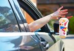 Anh: Phạt tài xế 120 bảng Anh với hành vi vứt rác ra ngoài cửa xe