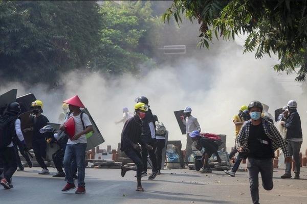 Myanmar dùng súng, hơi cay giải tán người biểu tình