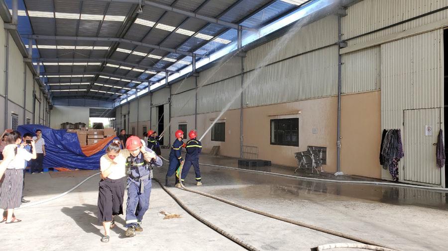 Chàng lính cứu hỏa nhường bình dưỡng khí cho nạn nhân trong khoảnh khắc sống còn